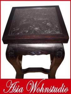Ein besonders hoher asiatischer Tisch mit einer Oberflächenschnitzerei