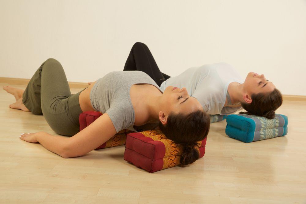 Kissen gegen Nackenschmerzen: Yoga - Nackenstütze