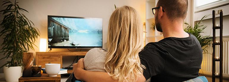 Pärchen Paar Paerchen Couple Binge Watching Fernsehen TV von hinten