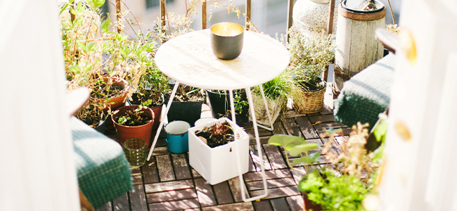 Balkon Ideen Pflanzen Holzfliesen dekoration