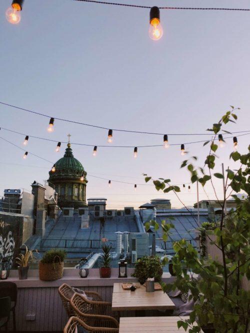 Balkon-am-Abend-über-Stadt